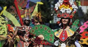 "Peserta Karnaval Batik dan Parade Budaya Kreatif melintas di kawasan Lapangan Jetayu, Pekalongan, Jawa Tengah, Minggu (2/8). Acara tahunan yang diikuti 1500 peserta itu untuk memeriahkan Pekan Batik Internasional ke-17 di Kota Pekalongan dengan tema ""Pelangi Budaya Nusantara"" . ANTARA FOTO/ Pradita Utama /ed/ama/15"