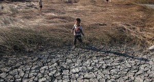 Sejumlah anak bermain di area tambak tadah hujan yang telah kering di Bandarejo, Surabaya, Jawa Timur, Selasa (4/8). Akibat kekeringan tersebut, para petambak di daerah itu mencari penghasilan sampingan lain dengan berternak dan bekerja serabutan. ANTARA FOTO/Moch Asim/Zk/pras/15