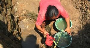 Seorang ibu rumah tangga warga Kampung Cibuluh,  Cibadak, Lebak mengambil air di sumur resapan irigasi sawah yang sudah mengering, Jumat (31/7). Kabupaten Lebak dinyatakan sebagai Daerah Darurat Bencana Kekeringan oleh Badan Penanggulangan Bencana Provinsi Banten karena kekurangan air bersih terjadi di 95 Desa yang tersebar di 61 Kecamatan. ANTARA FOTO/Asep Fathulrahman/ss/pd/15 *** Local Caption ***