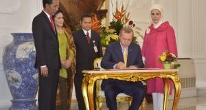Presiden Joko Widodo (kiri) didampingi Ibu Negara Iriana Joko Widodo (kedua kiri) menyaksikan penadatanganan dokumen oleh Presiden Turki Recep Tayyib Erdogan (kedua kanan) didampingi Ibu Negara Emine Erdogan (kanan) saat kunjungan kenegaraan di Istana Merdeka, Jakarta, Jumat (31/7). Dalam pertemuan tersebut kedua negara membahas kerjasama bidang ekonomi, ekspor, pariwisata, pendidikan serta industri pertahanan. ANTARA FOTO/Yudhi Mahatma/pd/15