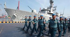Pasukan perdamaian yang tergabung dalam Satgas Maritime Task Force (MTF) TNI Konga XXIII-H Unifil Lebanon berbaris untuk mengikuti upacara melepas keberangkatan KRI Bung Tomo-357 ke Lebanon di dermaga Mako Kolinlamil, Jakarta, Kamis (27/8). Keberangkatan Satgas MTF TNI Konga XXVIII-H dengan KRI Bung Tomo-357 tersebut untuk mengemban misi perdamaian dunia sesuai mandat PBB dan juga melaksanakan 'Maritime Interdiction Operation' (MIO) untuk membantu Angkatan Bersenjata Lebanon atau LAF dalam mencegah pemasukan senjata ilegal dan meningkatkan kemampuan pelaksanaan tugas penegakan kedaulatan. ANTARA FOTO/Muhammad Adimaja/foc/15.