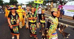Peserta pawai budaya  Hari Keluarga Nasional (Harganas) dari provinsi Kalimantan Utara melintas di Jalan Raya TMP Seribu, Serpong, Tangerang Selatan, Banten, Jumat (31/7). Pawai Budaya yang diikuti 33 Provinsi di Indonesia dengan menggunakan pakian adat masing - masing diadakan dalam rangka memperingati Harganas ke- 22 yang di pusatkan di BSD City Tangsel.ANTARA FOTO/Muhammad Iqbal/ss/pd/15