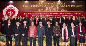 Ketua Umum DPP Ikatan Advokat Indonesia (Ikadin) terpilih Sutrisno (ketiga kiri) dan Ketua Dewan Penasehat DPP Ikadin Otto Hasibuan (kedua kiri) berfoto bersama dengan pengurus DPP Ikadin Periode 2015-2020 saat pelantikan di Jakarta, Kamis (27/8). Hadir pada pelantikan tersebut mantan Ketua Mahkamah Konstitusi Mahfud MD dan Jaksa Agung Muda Tindak Pidana Khusus Widyo Pramono. ANTARA FOTO/M Agung Rajasa/ama/15.