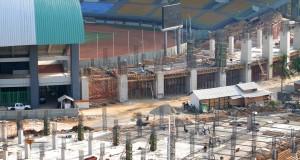 Pekerja menyelesaikan pembangunan tribun Stadion Patriot di Bekasi, Jawa Barat, Rabu (26/8). Pengerjaan pembangunan stadion yang menelan biaya Rp243 miliar tersebut merupakan lanjutan pembangunan bagian tribun sisi utara dan selatan yang ditarget selesai pada September 2016 . ANTARA FOTO/Risky Andrianto/kye/15
