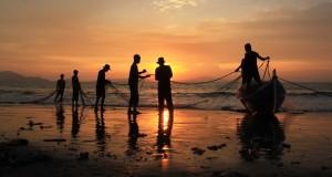 Nelayan membenahi pukat darat di pantai wisata Kampung Jawa, Kota Banda Aceh, Jumat (31/7). Aceh memiliki potensi wisata  pantai dengan keindahan alam berlatar pulau dan pegunungan  dengan keindahan panorama saat mata hari tenggelam. ANTARA FOTO/Ampelsa/pd/15