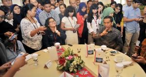Presiden Joko Widodo (kanan) berdialog dengan wartawan saat audiensi bersama di Istana Negara, Jakarta, Kamis (27/8). Presiden Joko Widodo menyampaikan sejumlah rencana kebijakan bidang ekonomi serta mendengarkan masukan seputar regulasi peliputan di lingkungan Istana Kepresidenan. ANTARA FOTO/Yudhi Mahatma/ama/15