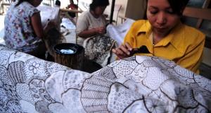 Perajin menyelesaikan pembuuatan batik di Kelurahan Kalinyamat Wetan, Tegal, Jawa Tengah, Rabu (26/8). Terpuruknya nilai rupiah terhadap dolar AS berdampak pada harga bahan baku batik berupa malam dan kain mori mengalami kenaikan hingga 20 persen dan mengeluhkan sepinya permintaan batik sejak dolar AS merangkak naik. ANTARA FOTO/Oky Lukmansyah/pd/15