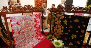 """Pengunjung menyaksikan pameran batik berjudul """"Love Our Batik"""" di Gedung Indonesia Menggugat yang diselenggarakan Yayasan Batik Jawa Barat (YBJB), Bandung, Minggu (27/9). Pameran yang diselenggarakan YBJB merupakan ajakan untuk masyarakat luas guna merawat eksistensi batik Indonesia dan batik Jabar secara khusus. ANTARA FOTO/Agus Bebeng/pd/15"""