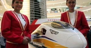 "Dua orang petugas berdiri  di samping maket kereta cepat  dalam acara ""China High Speed Railway Public Display"" di  Senayan City, Jakarta, Kamis (13/8). Pameran  menampilkan jenis-jenis kereta cepat dan stasiun yang telah dipergunakan di Tiongkok ini akan digelar hingga hari Minggu (16/8).  ANTARA FOTO/YUSTINUS AGYL/NZ/15"