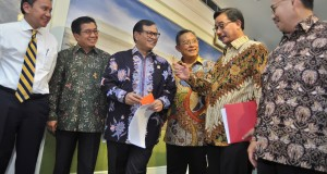 Menko Perekonomian Darmin Nasution (ketiga kanan) didampingi Menteri ESDM Sudirman Said (dari kanan-kiri), Menteri ATR/Kepala BPN Fery Mursyidan Baldan, Seskab Pramono Anung, Ketua Otoritas Jasa Keuangan (OJK) Muliaman D Hadad, serta Deputi Senior Gubernur BI Mirza Adityaswara berdiskusi saat mengumumkan paket Kebijakan Ekonomi Tahap III di Kantor Kepresidenan, Jakarta, Rabu (7/10). Kebijakan Ekonomi tahap III antara lain pemberdayaan lembaga pembiayaan ekspor Indonesia, skema asuransi pertanian, pemangkasan izin lahan dengan Hak Guna Usaha, potongan tarif listrik untuk usaha, serta penurunan harga BBM. ANTARA FOTO/Yudhi Mahatma/foc/15.