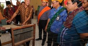 General Manager PT. Telkom Indonesia Divisi Bisnis Service Adrian Sane Harahap (ketiga kanan) mendengarkan penjelasan perajin tenun Donggala di Palu, Sulawesi Tengah, Jumat (2/10). PT. Telkom Indonesia meluncurkan Usaha Kecil Menengah (UKM) Digital untuk membantu jaringan pemasaran UKM di daerah dengan menyediakan fasilitas internet beserta websitenya. ANTARA FOTO/Basri Marzuki/ama/15
