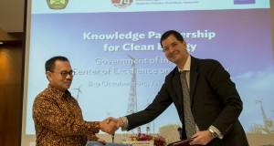 Menteri ESDM Sudirman Said (kiri) saling bertukar dokumen Nota Kesepahaman (MoU) dengan Country Director Asian Development Bank (ADB) Steven R. Tabor (kanan) usai ditandatangani di Jakarta, Kamis (8/10). Nota Kesepahaman mengenai pengembangan Pusat Riset dan Teknologi Energi Bersih di Indonesia tersebut akan memfasilitasi penelitian, investasi yang efektif dan membantu penyebaran teknologi energi terbarukan yang dikembangkan sektor swasta dan publik. ANTARA FOTO/Widodo S. Jusuf/ama/15.