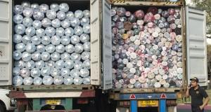 Petugas Ditjen Bea Cukai berdiri di dekat kontainer berisi impor tekstil ilegal dari Tiongkok di halaman Kantor Pusat Bea Cukai, Jakarta, Jumat (16/10). Ditjen Bea Cukai berhasil menindak empat kontainer berisi tekstil impor ilegal atau selundupan dari Tiongkok senilai Rp14 miliar yang telah merugikan negara sekitar Rp 2,3 miliar karena tidak membayar bea masuk dan merusak industri tekstil nasional. ANTARA FOTO/Widodo S. Jusuf/aww/15.