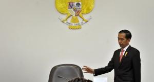 Presiden Joko Widodo bersiap memimpin Rapat Terbatas bersama Menteri Kabinet Kerja bidang Ekonomi membahas kebijakan pemangkasan izin ivestasi sebagai implementasi Paket Kebijakan Ekonomi II di Kantor Kepresidenan, Jakarta, Kamis (1/10). Pemerintah juga menyiapkan Paket Kebijakan Ekonomi III berupa stimulus dan insentif jangka pendek dan panjang kepada masyarakat dan dunia usaha yang diharapkan dapat diterbitkan awal Oktober 2015. ANTARA FOTO/Yudhi Mahatma/pd/15