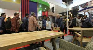 Presiden-Joko-Widodo-di-stand-kerajinan-rotan-Trade-Expo-2016-di-JIExpo-Kemayoran-Jakarta-Pusat
