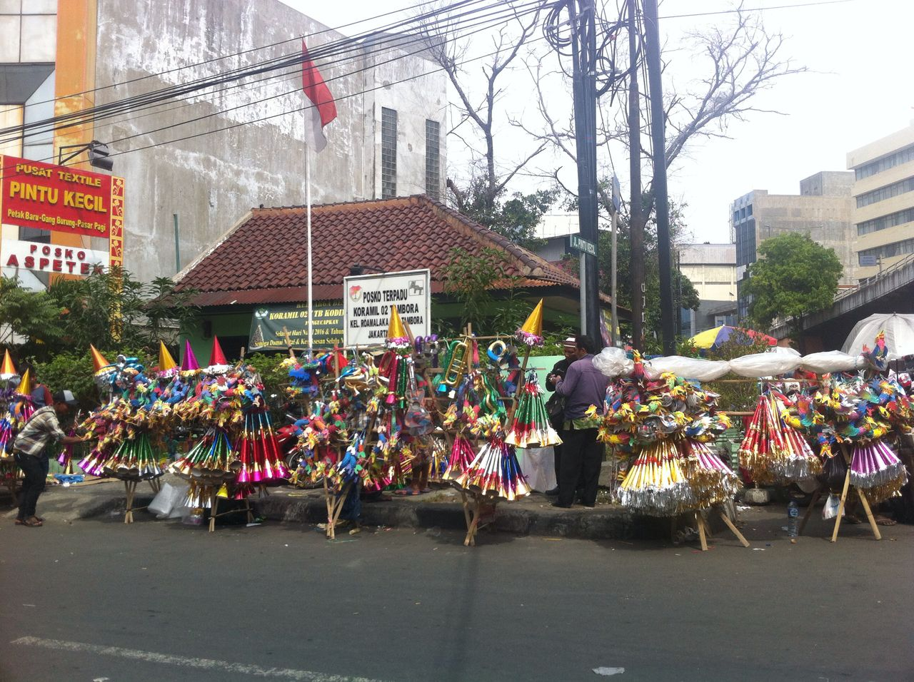 Penjual trompet berjejer dipinggir jalan Asemka Pasar Pagi, Jakarta Barat