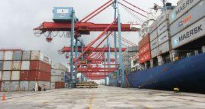 gudang di pelabuhan