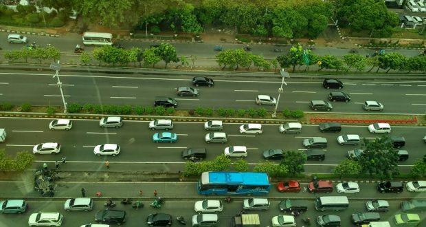 Mobil terbalik keluar dari jalan Tol ke jalur busway di depan gedung Pengadilan Negeri Jakarta Barat (4/1). Photo: Yudi Sinambela/ Beritadaerah