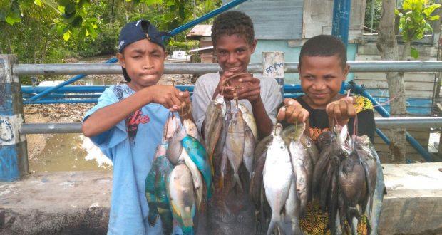 Anak penjual ikan di Kp. Sowi 4, Manokwari